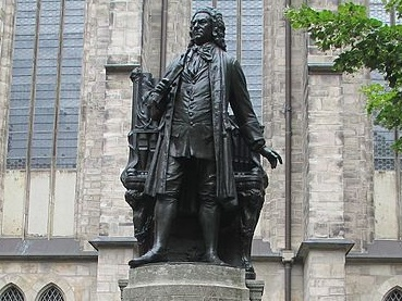 Statue_of_J.S.Bach_at_St._Thomas_church,_Leipzig (1)cr
